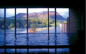 『大浴場』美しく色づく紅葉を眺めて