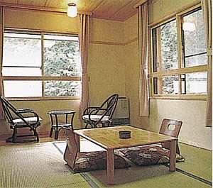 新棟の和室の一例。窓の外には自然が広がる。タタミ6畳。室内9畳相当。定員4名。
