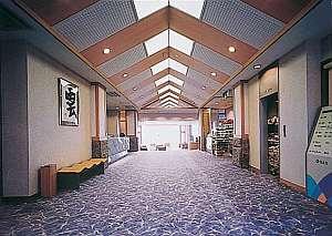 窓の向こうはすぐに日本海という絶好のロケーションにある当館のロビーです。