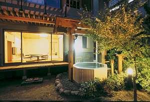お庭のライトアップが美しい部屋付露天風呂。専用お庭の付いたお部屋は桜館1階の1室のみです。