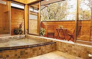 露天風呂完成!木の温もり一杯、ウッドテラスで森林浴も