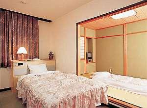 和洋室■洋室セミダブルベッド1台・和室6畳に2-3名お布団。部屋の間には、仕切り戸■TV各部屋1台