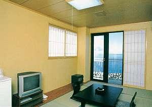 眼下に広がる日本海。潮騒の音でお出迎え【和室例】