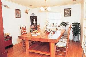 ムク木の大テーブルとイタリア製シャンデリア