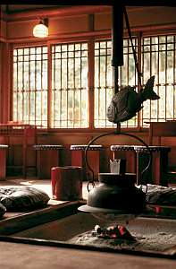 お香の匂いが心地よい囲炉裏ロビーご案内まではここでお休みくださいませ