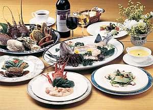 伊勢海老のグリル焼きと魚の姿造りとステーキと季節のケーキ