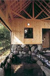 檜の香りもほのかな岩風呂は一度に10人は入れる広さ