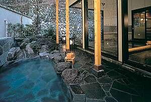 石張りの湯舟にあふれる温泉はPhが高いアルカリ温泉