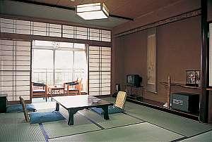 客室一例。眺めの良い側のお部屋からは北信州の山なみや温泉街が望めます
