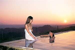 絶景露天『満天望』の夕景。阿蘇五岳に沈む夕日を眺めながら情緒あふれる湯浴みを。