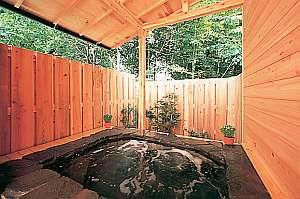 ミスト効果大の貸切露天は24時間いつでも貸切で入浴可能