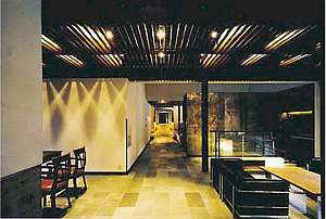 【施設内】建物は「蔵群」の名通りの外観。隠れ家のようなイメージ。