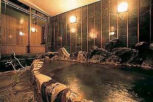 【内湯】自家源泉の温泉が溢れる岩風呂