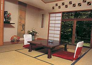 静かな環境に立地。落ち着いた客室。