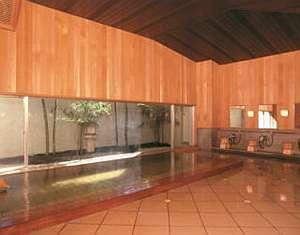 【内風呂】源泉掛け流しの内風呂、小庭園の竹を渡る風が~