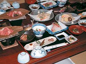 自家製こしひかりや地元の食材たっぷりの夕食(一例)