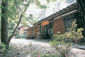 森の中に静かに佇む「啼鳥山荘」、バーベQハウスもある