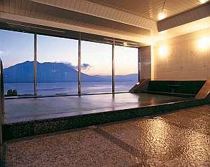 【展望大浴場】 桜島と錦江湾の見事な風景を眺めながら、ゆっくりとお寛ぎください
