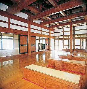 太い檸の柱を使った切妻屋根の建築工法