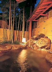 湯量豊富な温泉を露天風呂で堪能できる