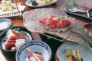 香ばしい飛騨牛朴葉味噌焼きなど夕食の一例