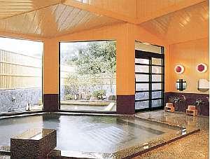 【天然温泉の宿 ホテル白岩】絶景を望みながらくつろげる客室。三原山大噴火で噴出した温泉も有
