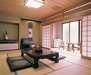 ヒノキ風呂付など客室タイプは色々。写真はヒノキ風呂付和室(一例)