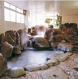 当館代表…豆狸(まめた)の湯。2段の湯舟からなり巨石に歴史を感じます。
