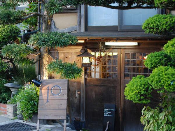 【宿の外観】 通りに面してBARの入り口がございます。宿へは階段でお越しください。
