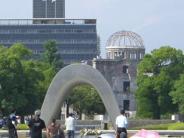 ホテルから徒歩5分 平和公園内 「原爆慰霊碑と原爆ドーム」