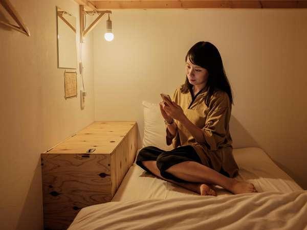 プライバシーに配慮したカプセル型ベッド。カーテンを閉めれば個室のようにゆったり過ごすことができます