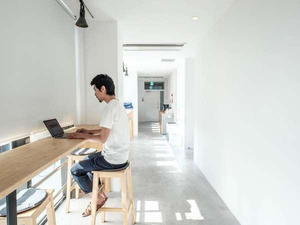 静かなゲストハウスなので、仕事やPC作業にも最適です。