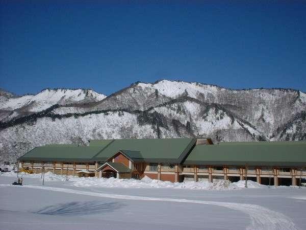 冬の湯ら里 山々は真っ白になり、自慢の前庭はスノーモービルやスノーシュー体験ができます。