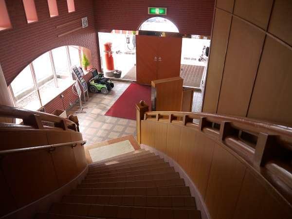 正面エントランスから階段を上がると、フロント、ロビーになります