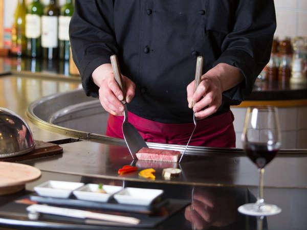 お客様の目の前で料理を焼き上げる鉄板焼の醍醐味を存分にお愉しみ下さい!