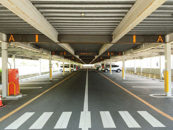 【無料駐車場】ホテル敷地内にある平面駐車場は200台収容で広々(大型バス・トラックは有料)