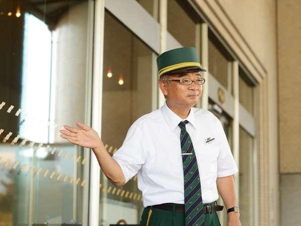 【玄関】係が駐車場の場所をご案内いたします。玄関前の車寄せまでお越しください。