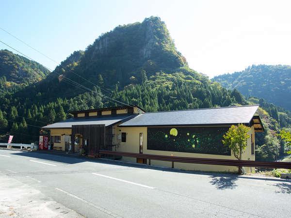 【外観】中津市より車で約55分。雄大な自然に囲まれた耶馬渓に佇む全4室の隠れ宿。カフェも新設しました!