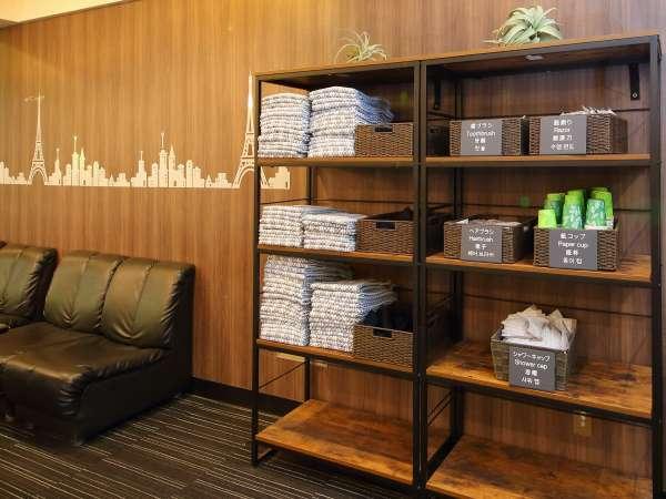 アメニティ棚には浴衣、歯ブラシ、ヘアブラシ、剃刀、コップをご用意