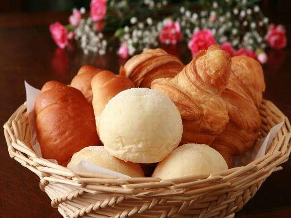 オーナー夫人手作り焼き立ての朝食パン。ぜひ一度ご賞味ください。