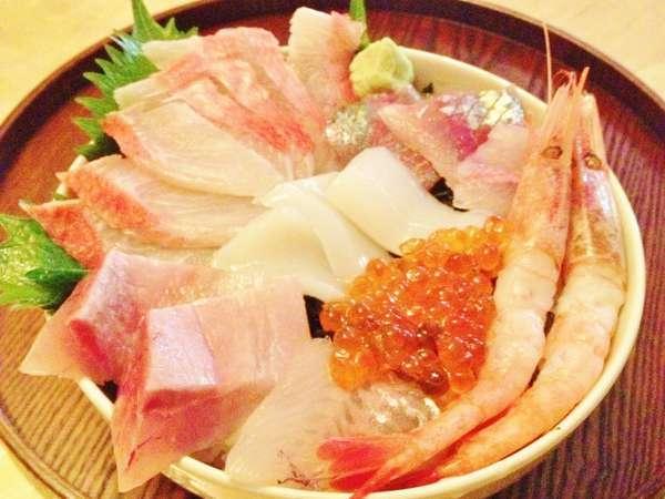 新鮮な地元で取れた旬のお魚のお刺身で作った特製海鮮丼です。