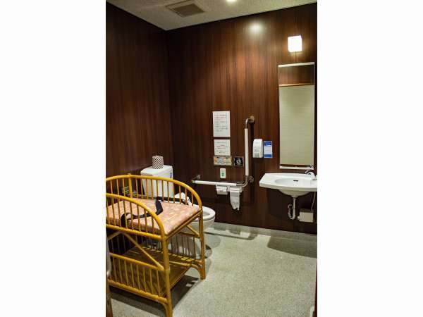 一階バリアフリー対応トイレ小さなお子様連れのお客様はベビーベットをご利用頂けます。