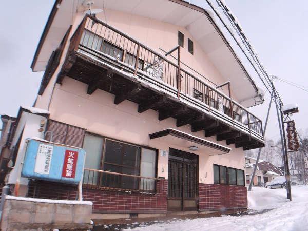 ◆外観(冬)/会津高原たかつえスキー場に程近いアットホームな民宿です。