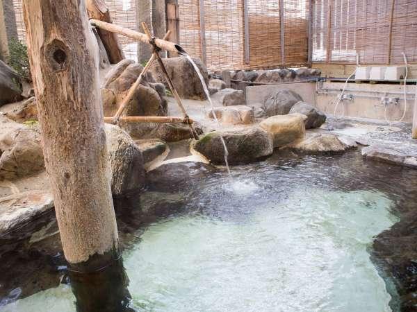 *露天風呂/小国川のせせらぎを聞きながらゆっくりとくつろげます。