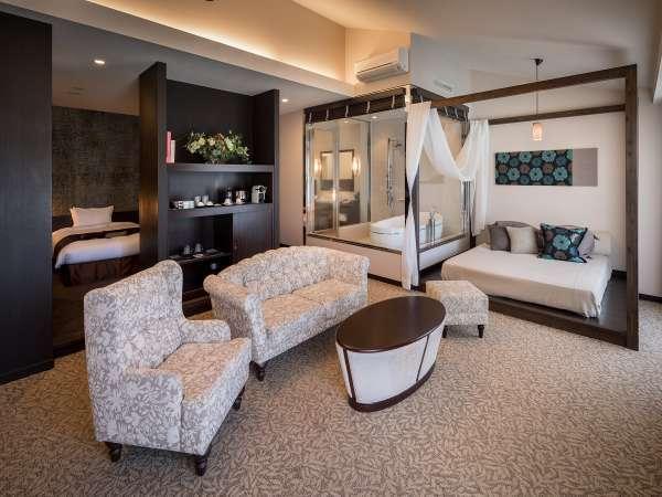 プレミアムスイート。70㎡の客室を二人でゆったり。お昼寝用のデイベッドもあります