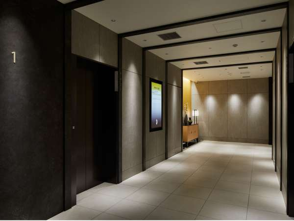 【1階】エレベーターホール フロントは9階にございます。