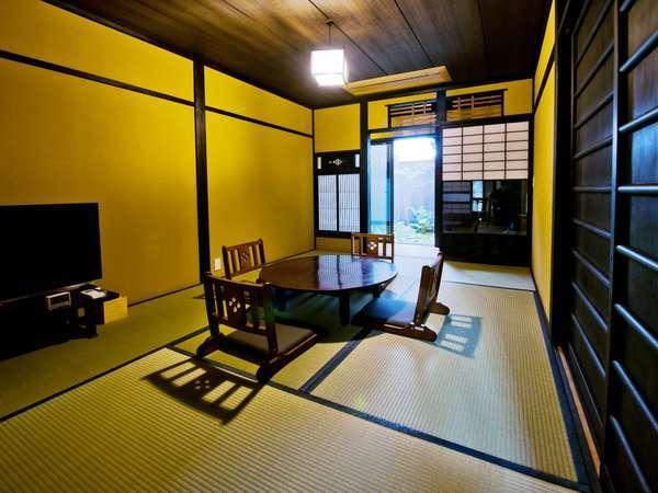 坪庭を望む居間でちゃぶ台を囲み団欒の一時をお過ごし下さい。