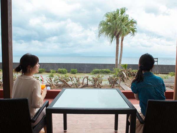 ロビー前には海風を感じられるカフェ「太陽のテラス」があります。夜はライトアップも。