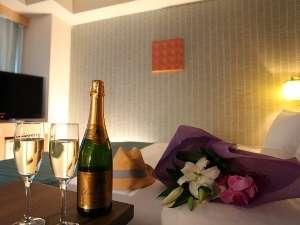 ご好評いただいているダブルルーム           ※シャンパン・お花はイメージです