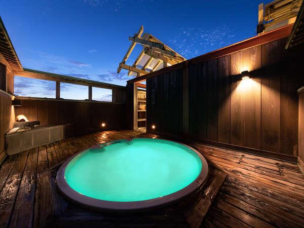夜には水中がライトアップされ、幻想的な雰囲気も愉しめる貸切展望露天風呂